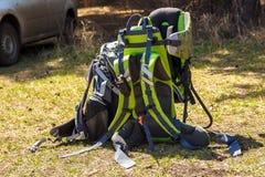 Grand sac à dos de voyage au sol photo stock