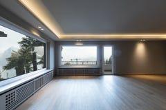 Grand salon en appartement moderne images stock