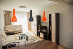 Grand salon spacieux fait dans un style minimaliste photos libres de droits
