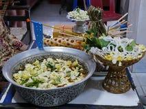 Grand salung de cuvette rempli d'eau de safran des indes, de fleurs de jasmin de cap, et de sompoi saints pour payer le respect a photos libres de droits