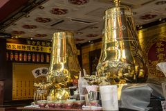 Grand samovar d'or de decoratuve Photographie stock