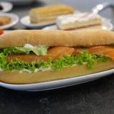 Grand sandwich avec de la salade et des poissons Poissons saumonés dans un sandwich Sandwich à poissons Fin de nourriture de phot photos stock