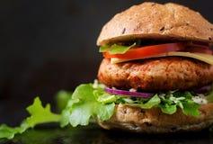 Grand sandwich - hamburger avec l'hamburger juteux de poulet images libres de droits
