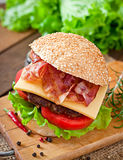 Grand sandwich - hamburger d'hamburger avec du boeuf, fromage, tomate Image stock