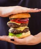 Grand sandwich - hamburger d'hamburger avec du boeuf, le fromage, la tomate et la sauce à tartre Photographie stock