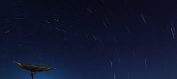 Grand satellite noir au-dessus de journal d'étoile image stock