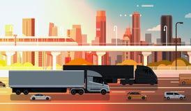 Grand semi camion avec la route de route de remorques avec les voitures et le Lorry Over City Landscape Shipment et le concept de Photo stock