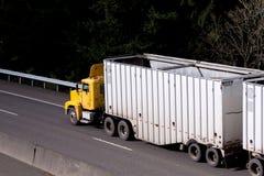 Grand semi-camion d'installation de cabine jaune de jour sur la route photos libres de droits