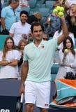 Grand Slam-de kampioen Roger Federer van Zwitserland viert overwinning na zijn ronde van gelijke 16 bij 2019 Open Miami royalty-vrije stock fotografie