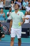Grand Slam-de kampioen Roger Federer van Zwitserland viert overwinning na zijn ronde van gelijke 16 bij 2019 Open Miami royalty-vrije stock foto's