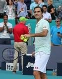 Grand Slam-de kampioen Roger Federer van Zwitserland viert overwinning na zijn ronde van gelijke 16 bij 2019 Open Miami stock afbeeldingen