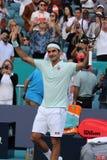 Grand Slam-de kampioen Roger Federer van Zwitserland viert overwinning na zijn ronde van gelijke 16 bij 2019 Open Miami royalty-vrije stock foto