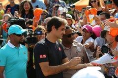 Grand Slam-Meister Roger Federer von die Schweiz-Zeichenautogrammen nach seinem Gewinn bei offenem Endspiel 2019 Miamis lizenzfreie stockbilder