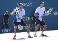 Grand Slam verficht Mike und Bob Bryan während US Open-Halbfinaledoppelter 2014 passen zusammen Stockbild
