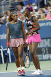 Grand Slam verficht Serena Williams und Venus Williams während der Erstrundedoppelten passen an US Open 2013 zusammen Lizenzfreie Stockfotos