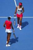 Grand Slam verficht Serena Williams und Venus Williams während der Viertelfinaledoppelten passen an US Open 2014 zusammen Lizenzfreie Stockfotografie