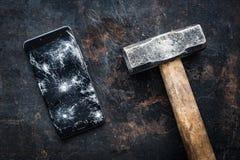 Grand smartphone moderne avec les débris cassés d'écran Photo stock