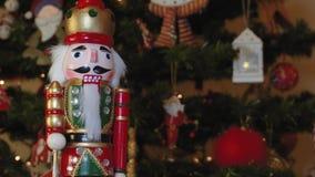 Grand soldat de casse-noix de bidon sur un arbre de Noël avec le fond brouillé banque de vidéos