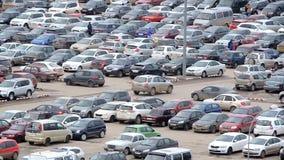Grand stationnement près du sort de mail complètement de voitures banque de vidéos