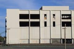 Grand subir commercial d'immeuble de bureaux transforment ou Demolitio images stock