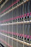 Grand support avec les unités de disque dur multiples. photo stock