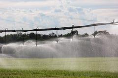 Grand système d'irrigation latéral de mouvement photographie stock