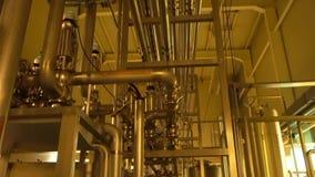 Grand système de filtre à l'intérieur d'usine avec l'éclairage jaune banque de vidéos