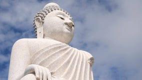 Grand temple blanc de Bouddha Nuages courus dans le ciel au-dessus de la statue se reposante laps de temps 4K Phuket, Thaïlande clips vidéos