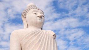 Grand temple blanc de Bouddha Nuages courus dans le ciel au-dessus de la statue se reposante laps de temps 4K Phuket, Thaïlande banque de vidéos