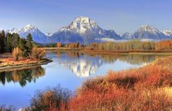 Grand Teton strekt zich achtergrond uit om te vallen kleuren langs Slangrivier, Gr. royalty-vrije stock fotografie