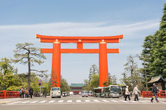 Grand torii rouge dans le tombeau de Heian Jingu Photos libres de droits