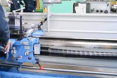 Grand tour de banc de fer en métal, équipement pour la réparation, travail avec le métal dans l'atelier à l'usine métallurgique d photos libres de droits