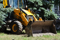 Grand tracteur jaune avec un seau Photographie stock