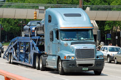 Grand véhicule moderne américain classique de transport de camion Photos stock