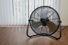 Grand ventilateur d'aérage sur le plancher en bois Image libre de droits