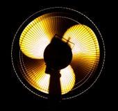 Grand ventilateur de bureau dans la lumière jaune Photographie stock libre de droits