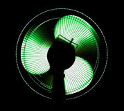 Grand ventilateur de bureau dans le feu vert Photo stock