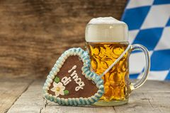 Grand verre de bière blonde en Bavière chez Oktoberfest à Munich images stock