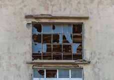 Grand verre de fenêtre cassé sur le bâtiment abandonné et le verre criqué Photo stock