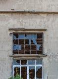 Grand verre de fenêtre cassé sur le bâtiment abandonné et le verre criqué Image libre de droits