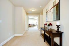 Grand vestibule à la maison avec l'art et les meubles. images libres de droits
