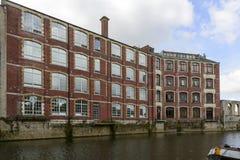 Grand vieux bâtiment industriel sur Avon, Bath Photos stock