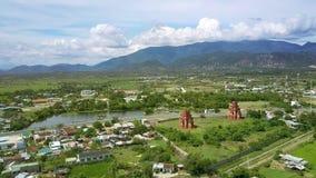 Grand village gentil avec des temples par la route près du lac banque de vidéos