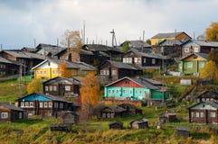 Grand village sur une côte au-dessus du fleuve photos libres de droits