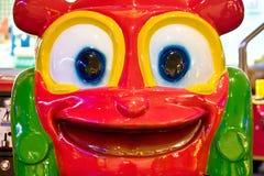 Grand visage souriant dans l'arcade de jeu images libres de droits
