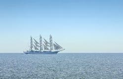 Grand voilier marchand mâté par trois dans de pleines voiles Photos stock