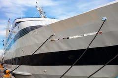 Grand yacht attaché au dock sur le rivage du lac Michigan photos libres de droits
