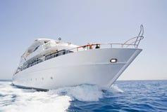 Grand yacht de moteur en cours en mer Photographie stock libre de droits