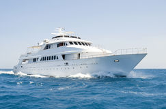 Grand yacht de moteur en cours en mer photo stock