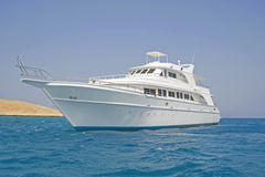 Grand yacht de moteur en mer Image stock
